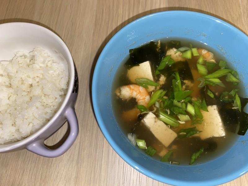 Креветочный суп с тофу и яйцом – фото