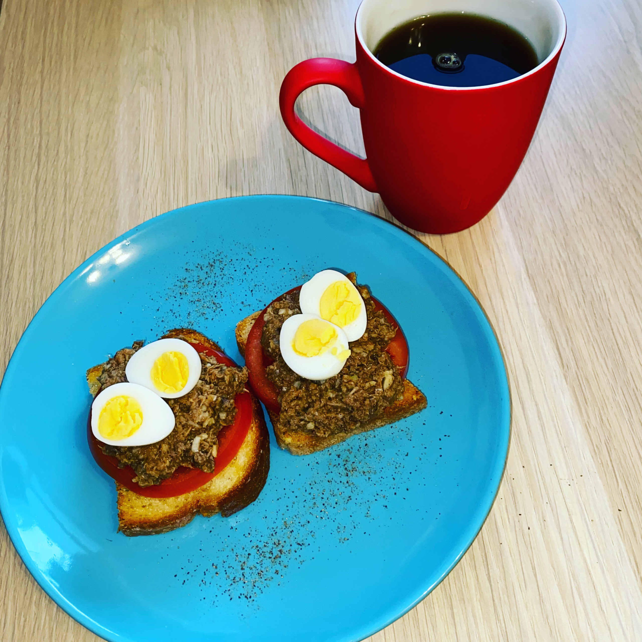Бутерброды с тунцом и помидором – фото