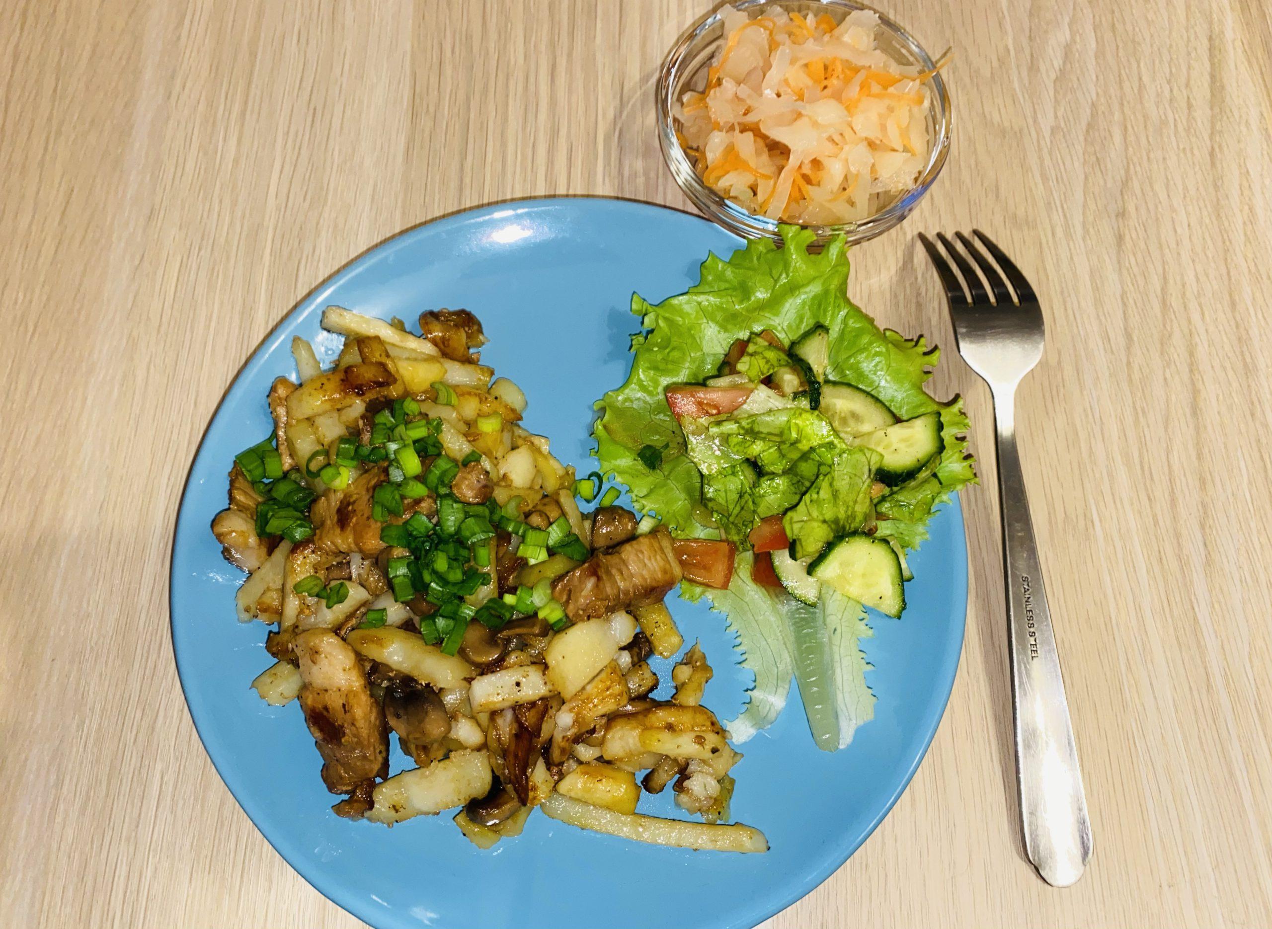 Картофель жареный с мясом и грибами – фото