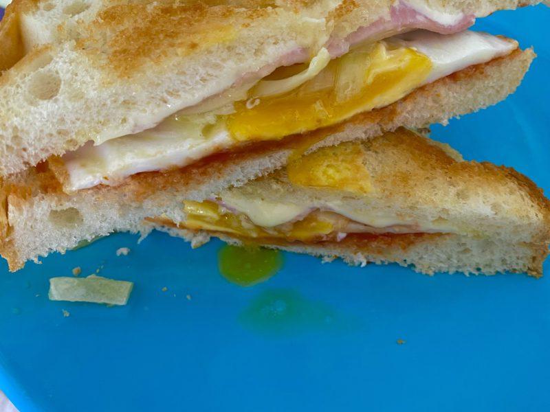 Сэндвич с луком, ветчиной и сыром