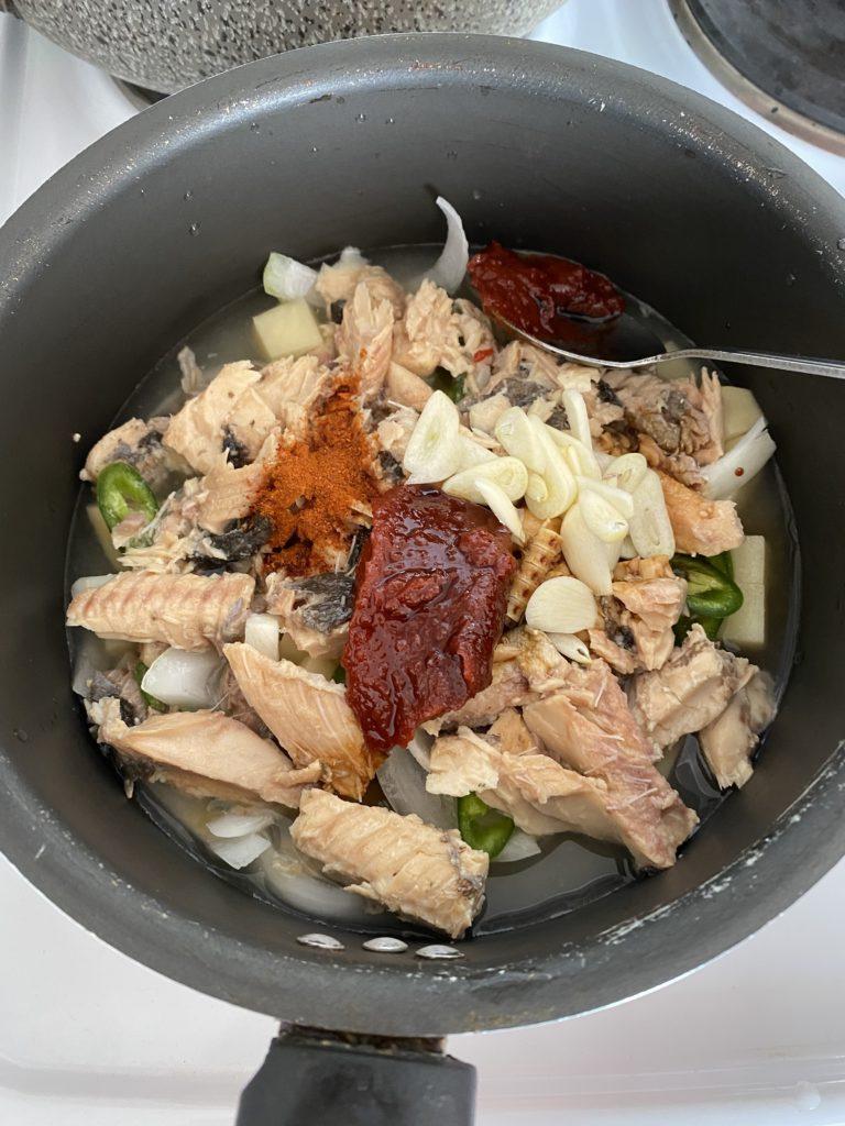 «Йоночиге» – суп с лососем в сотейнике