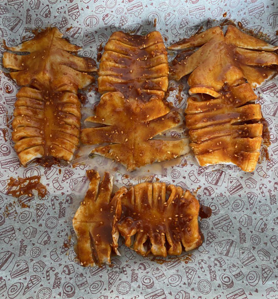 Кальмар, обмазанный соусом для запекания