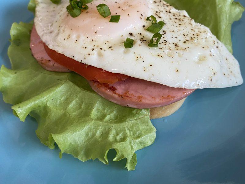 Сочный и питательный бутерброд с яйцом