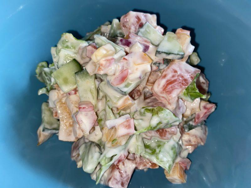 Салат из слабосолёной рыбы и овощей со сметаной