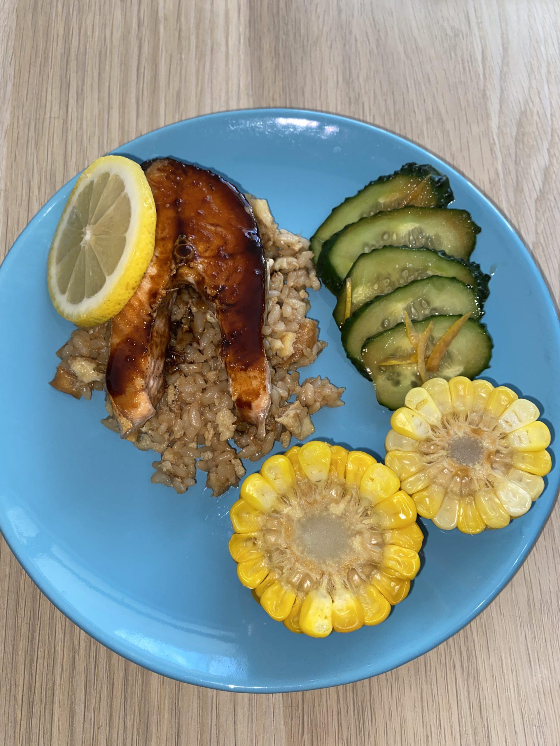 Жареная рыба на яично-рисовой подушке